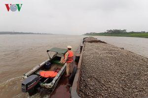 CSGT Hà Nội bắt giữ liên tiếp tàu hút cát trái phép trên sông Hồng