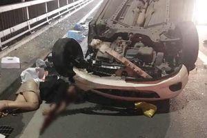 Một cô gái trọng thương nằm bất động trên cầu Nhật Tân sau cú va chạm giữa ô tô Mazda 2 và xe bồn