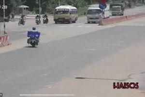 Clip: Khoảnh khắc xe tải bị xe đầu kéo đâm bay sang làn đường bên cạnh rồi lật ngửa