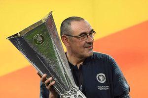 HLV Sarri làm gì mà 60 tuổi mới có danh hiệu đầu tiên?