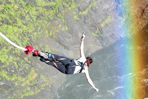 Nhảy bungee mạo hiểm từ độ cao 100 m ở ngọn thác hùng vĩ nhất thế giới