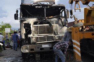 Xe đầu kéo liên tiếp húc 2 xe máy và ô tô rồi bốc cháy khiến 3 người thương vong
