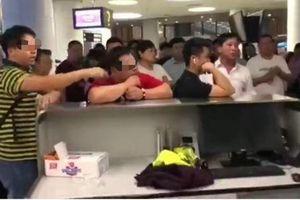 Hành khách bắt nhân viên sân bay phải quỳ gối xin lỗi vì bị trễ chuyến quá lâu