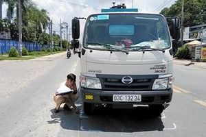 Vừa qua đường vừa bấm điện thoại, một cô gái bị xe bồn tông nhập viện