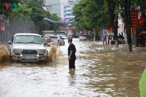 Mưa lớn gây ngập cục bộ, người dân Sơn La vất vả lội nước dắt xe