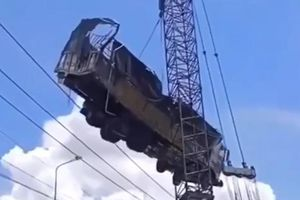 Vụ sập cầu ở Đồng Tháp: Cần cẩu bất ngờ gãy đôi khi đang cẩu xe tải lên bờ