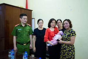 Phường Yên Hòa đưa trẻ bị bỏ rơi về nhà an toàn