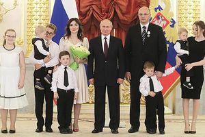 Tổng thống Putin khen thưởng gia đình đông con