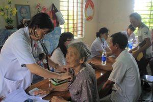Khám bệnh, trao quà cho gần 400 người dân xứ Huế