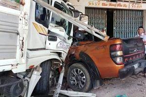 Tai nạn liên hoàn kinh hoàng: 10 ô tô và xe máy biến dạng