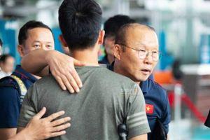 Xúc động ảnh Đình Trọng chống nạng tiễn toàn đội Việt Nam sang Thái đá King's Cup