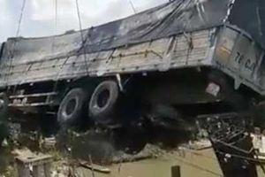 Clip: Cần cẩu gãy đôi, đổ sập khi đang vớt xe tải trong vụ sập cầu ở Đồng Tháp