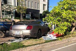 TPHCM: Xe Bentley tông đổ trụ đèn, bay qua dải phân cách