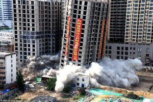 Vi phạm luật xây dựng, tòa nhà 20 tầng ở Trung Quốc bị đánh sập