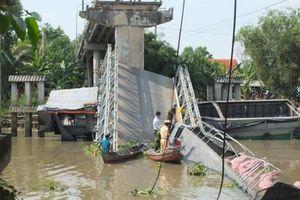 Sập cầu Tân Nghĩa: Đưa đón người dân miễn phí khi qua sông