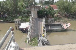 Cần cẩu cứu hộ gãy đôi khi trục vớt xe tải trong vụ sập cầu ở Đồng Tháp