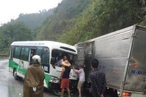 Xe buýt va chạm xe tải, 2 người bị thương