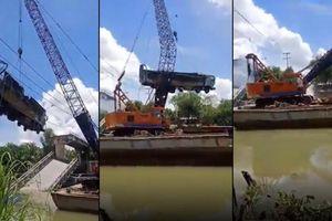 Cần cẩu gãy đôi, rơi thẳng xuống sông khi trục vớt xe tải bị sập cầu ở Đồng Tháp