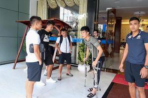 Đình Trọng chống nạng tiễn đồng đội, HLV Park Hang Seo vỗ về an ủi