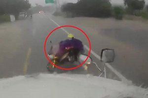 Clip: Cô gái vít ga xe máy, lao thẳng vào đầu container giữa trời mưa