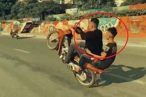 Clip: Quái xế đầu trần bốc đầu xe máy khắp phố Hà Nội