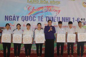 Phó Chủ tịch Quốc hội Tòng Thị Phóng tặng quà cho học sinh tại Quảng Nam