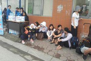 Phụ huynh hồi hộp ngồi chờ con thi vào lớp 10 ở Hà Nội