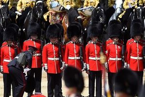 Cận vệ Anh ngất vì nóng khi diễn tập mừng sinh nhật Nữ hoàng