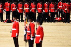 2 lính Anh ngất xỉu vì quá nóng khi diễn tập mừng sinh nhật Nữ hoàng