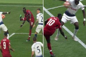 Tottenham bị phạt penalty oan uổng?