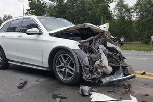 Bình Dương: Xe sang Mercedes-Benz GLC nát mặt vì tông vào đuôi xe bồn