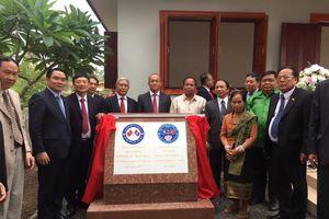 Trao nhà Hữu nghị cho bà Kanchia - người phụ nữ Lào cứu bộ đội Việt Nam