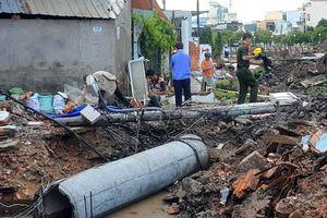 Trụ điện gãy đè chết công nhân đang thi công cống thoát nước