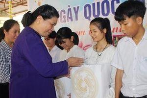 Phó Chủ tịch Quốc hội Tòng Thị Phóng thăm trẻ em Làng Hòa Bình tại Quảng Nam