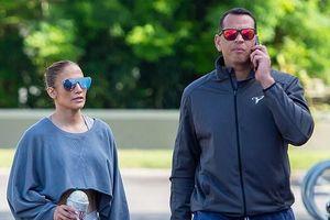 Jennifer Lopez khoe eo thon khi đi tập gym cùng hôn phu kém 6 tuổi