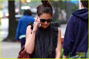 Katie Holmes liên tục cười mỉm khi nghe điện thoại lúc dạo phố