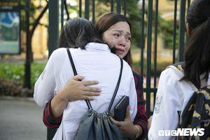 Mẹ con ôm nhau khóc sau bài thi môn Toán vào lớp 10 Hà Nội