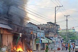 Cửa hàng điện tử ở Bến Tre cháy ngùn ngụt