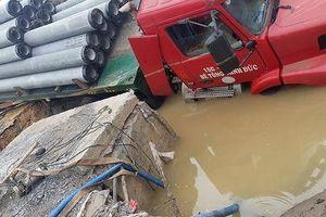 Hàng ngàn hộ dân bị cúp nước vì xe kéo rơ moóc chở cột điện