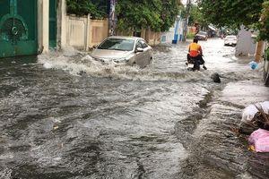 Khu 'nhà giàu' lại bị ngập sâu sau cơn mưa lớn