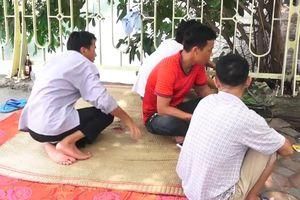 Người dân trải chiếu nghỉ trưa cạnh sông Tô Lịch sau khi xử lý