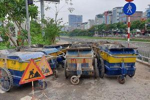 Xe rác chặn đường đi bộ ven sông Tô Lịch