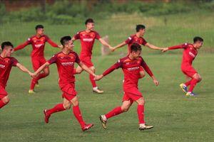 Martin Lò tươi cười, Bùi Tiến Dũng lạnh lùng ở buổi tập của U23 Việt Nam