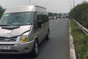 Nhặt ve chai trên đại lộ Thăng Long, người đàn ông bị xe khách tông tử vong