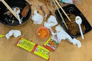 Ý thức chỉ có 5 chữ học mãi không xong, thùng rác ở dưới chân kèm bảng tự phục vụ mà khách để lại rác rưởi sau khi ăn khiến ai cũng hết hồn