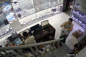 Hà Nội: Người phụ nữ 'diễn kịch', trộm tiền ở cửa hàng gốm sứ