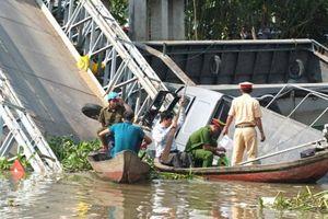 Hoàn tất trục vớt ô tô tải rơi xuống sông tại cầu Tân Nghĩa