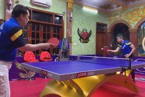 Danh ca Ngọc Sơn đấu bóng bàn với HLV Hồ Thiện Vinh