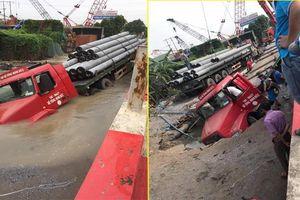 Xe container chở cột bê tông bị mắc kẹt giữa hố 'tử thần' ở Hà Nội