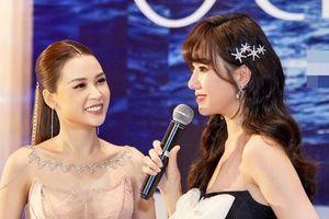 Sam diện váy xẻ cao táo bạo, vui vẻ hội ngộ Hari Won và Trà My phim 'Vợ ba'